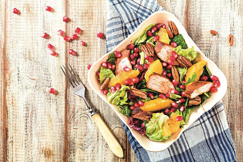 Salát s ovocem a kuřecími prsíčky