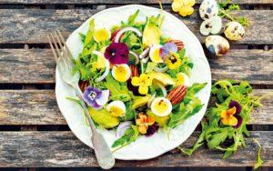 Salát s křepelčími vejci a maceškami